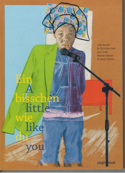 Umschlag 'A little like you'  DIe Hauptfigur des Buches steht vor einem Mikrophon