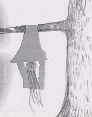 Papierfigur an einem Baumast